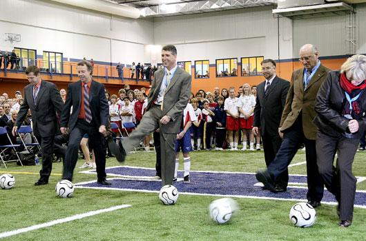 <h2>Stade de soccer honco</h2> <p>En 2007, le Groupe Honco fût avant-gardiste en faisant la construction du premier stade de soccer couvert de la région de Québec. Depuis, le complexe a été agrandit 2 fois. Honco est fière de contribuer à sa communauté.</p>